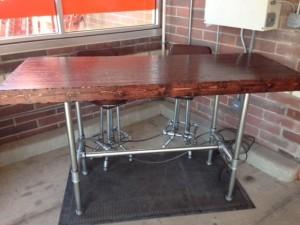 Tisch und Stühle aus überzähligen gemacht