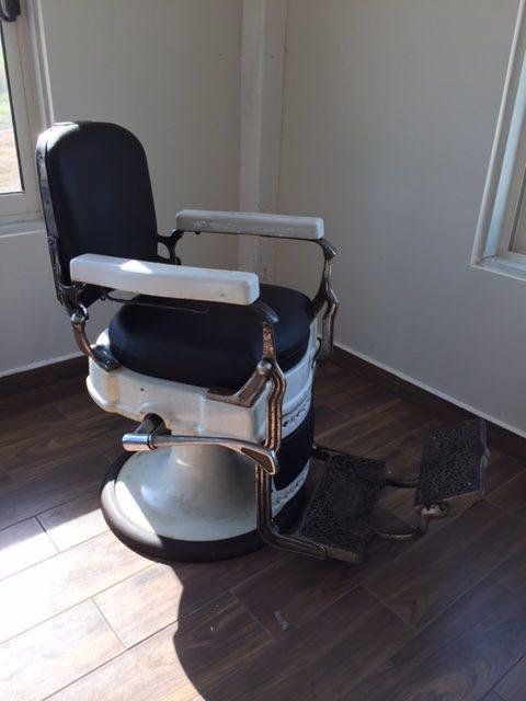 vintage barbier stoel na herstel