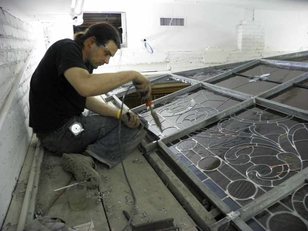 Pete Billington de Whitney Stained Glass trabajando en una claraboya